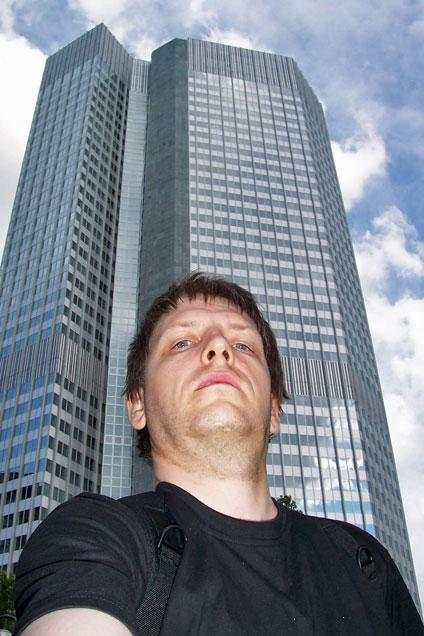 Der Autor dieses Beitrags, Elmar Leimgruber, vor dem Gebäude der Europäischen Zentralbank in Frankfurt. © Elmar Leimgruber, redakteur.cc